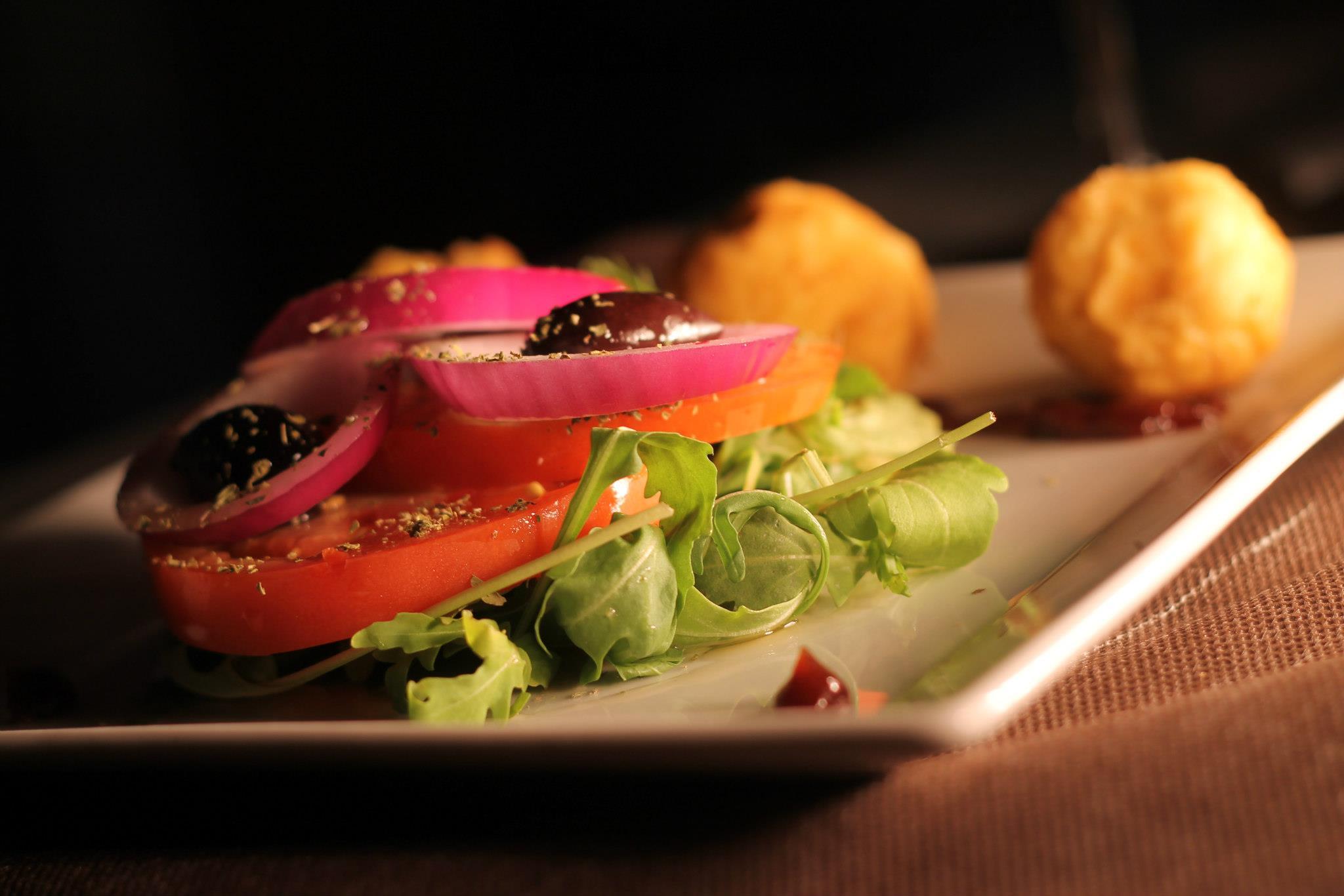 saganaki me salata-tabernagriega-barcelona